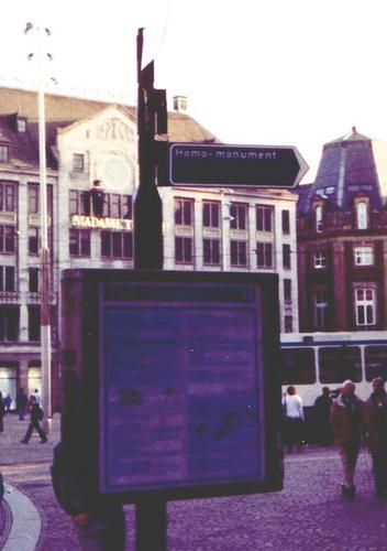 [Picture: street-sign to Homomonument]