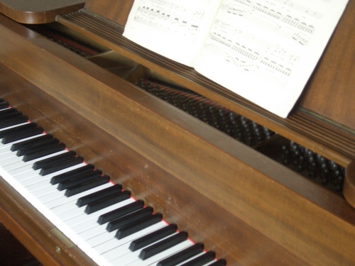 [Picture: Piano keyboard from the side]
