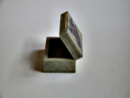 [picture: open jade box from india 39]