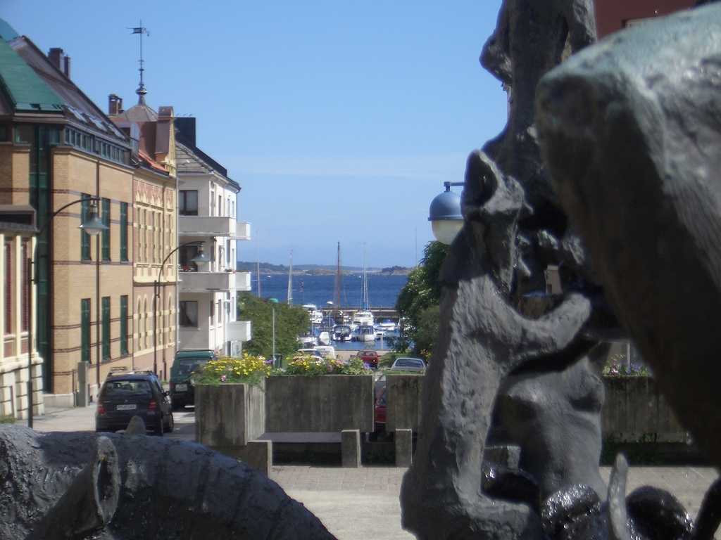 [Picture: Statues in Norway]