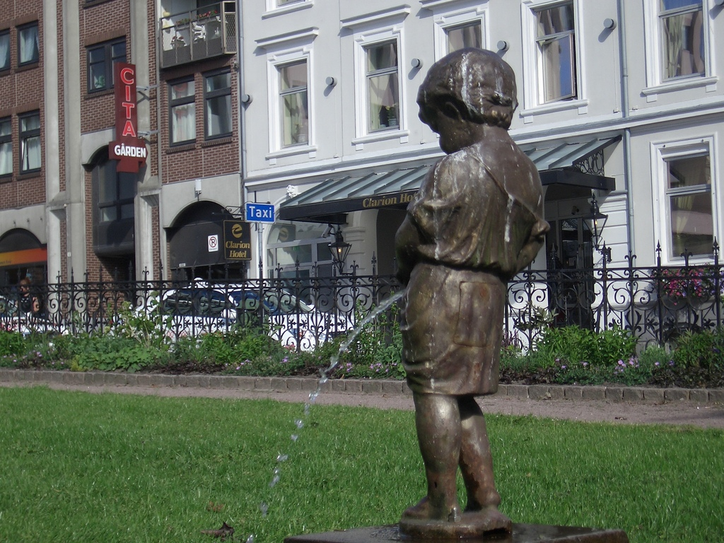 [Picture: statue of urinating boy 3]