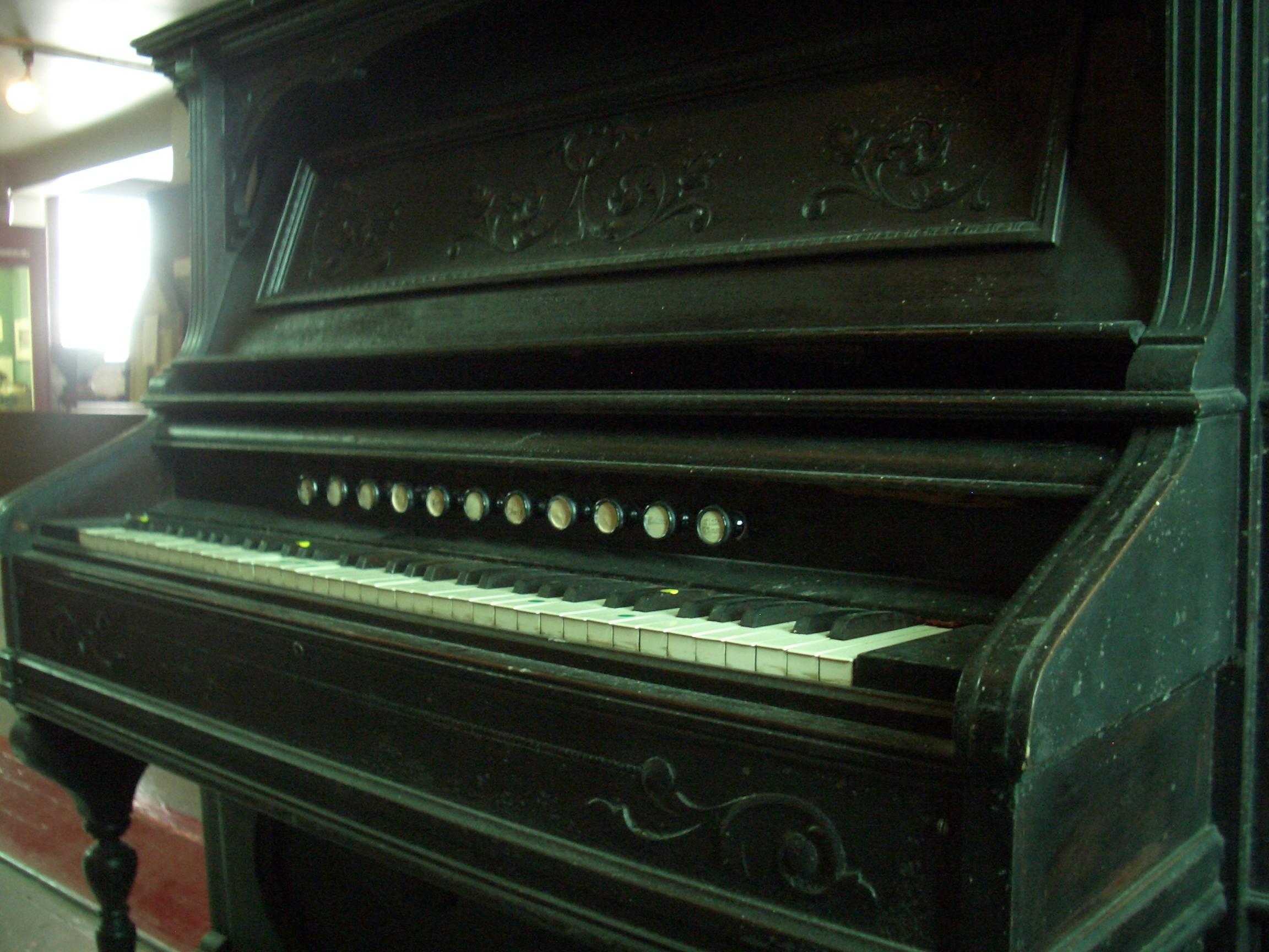 [Picture: Antique pedal organ 3]