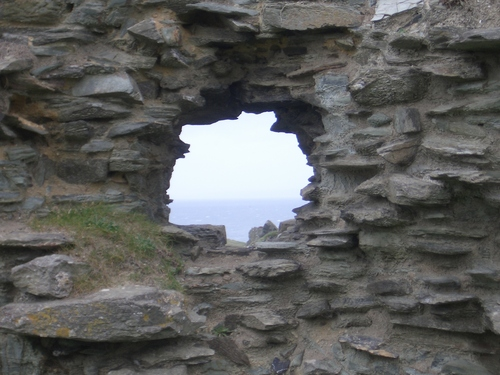 [Picture: Ruins of Tintagel Castle 7: Hole in the castle wall]