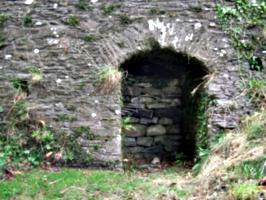 [picture: Restormel Castle 40: Niche under the bridge]