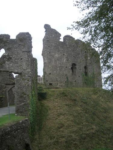 [Picture: Restormel Castle 34: Gatehouse and castle wall]