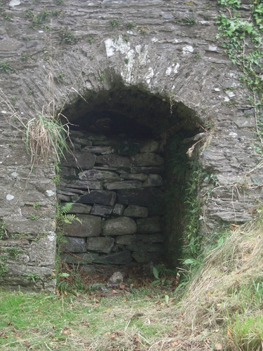 [Picture: Restormel Castle 41: Niche under the bridge 2]