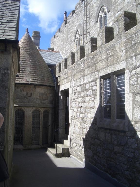 [Picture: Castle alley]
