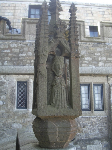 [Picture: Statue outside the church 2]