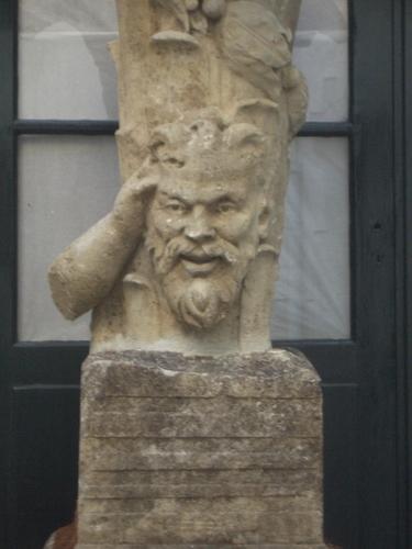 [Picture: Broken statue 2]