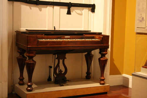[Picture: Old keyboard instrument 2]