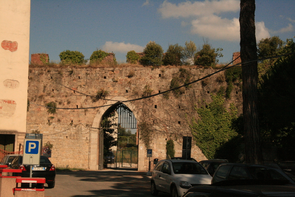 [Picture: Gate in Pisa city walls 2]
