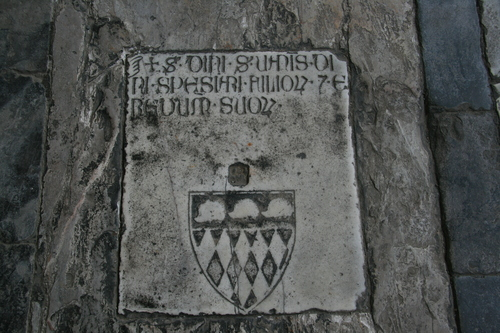 [Picture: flagstone tomb]