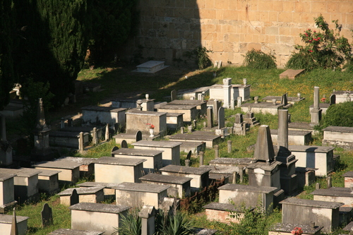 [Picture: Jewish Cemetary 18: rows of tombs]