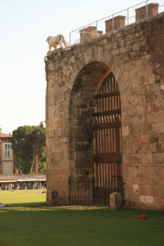 [Picture: Jewish Cemetary 34: the gate in the wall]
