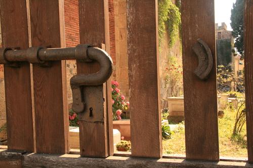 [Picture: Jewish Cemetary 36: Locked]