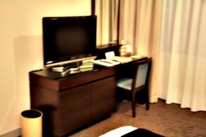 [picture: Hotel Room 4: desl]