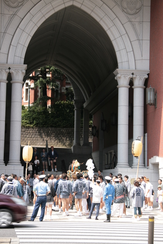 [Picture: Procession 1: Carrying the mikoshi]
