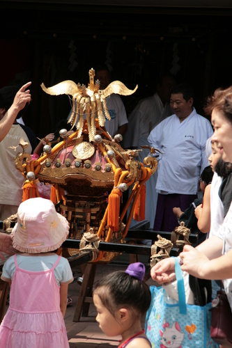 [Picture: The mikoshi enters]