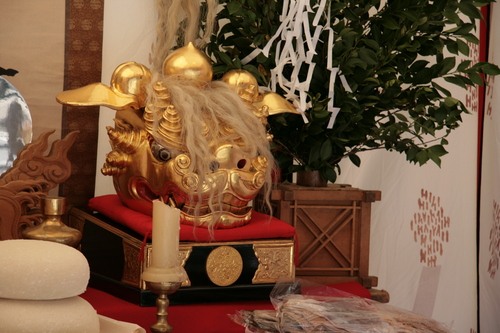 [Picture: Golden Head in a Shrine]