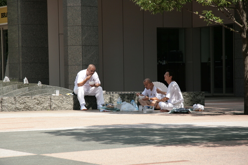 [Picture: A quick snack on the street]