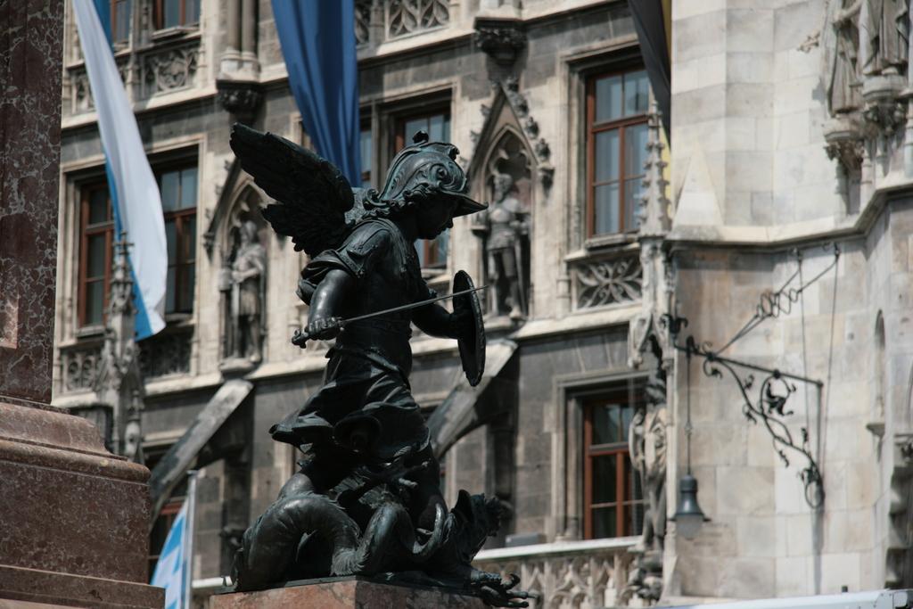 [Picture: Statue 1]
