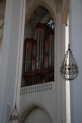 [Picture: organ case]